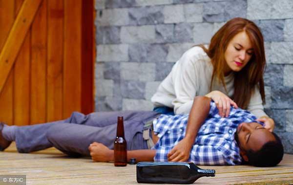 hombre abusado sexualmente mientras esta borracho